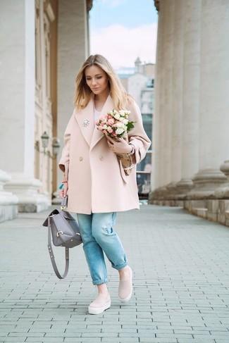 Comment porter: manteau rose, t-shirt à col en v blanc, jean bleu clair, baskets à enfiler roses