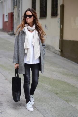 Comment porter: manteau gris, t-shirt à col en v blanc, jean skinny noir, baskets basses en cuir blanches