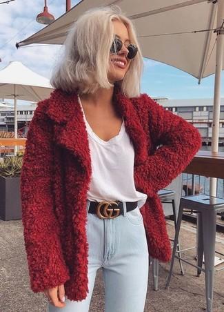 Comment porter: manteau duveteux rouge, t-shirt à col en v blanc, jean skinny bleu clair, ceinture en cuir noire