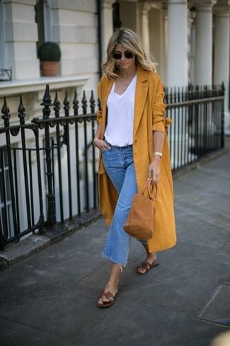 Comment porter: manteau moutarde, t-shirt à col en v blanc, jupe-culotte en denim bleue, sandales plates en cuir marron