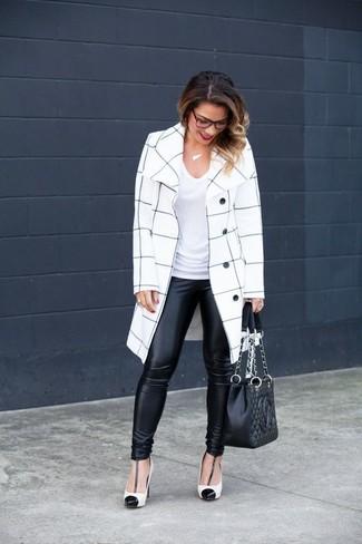 Comment porter: manteau à carreaux blanc et noir, t-shirt à col en v blanc, leggings en cuir noirs, escarpins en cuir blancs et noirs