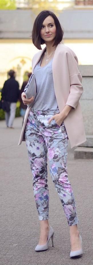 Comment porter une pochette en daim grise: Harmonise un manteau beige avec une pochette en daim grise pour une impression décontractée. Complète ce look avec une paire de des escarpins en daim gris.