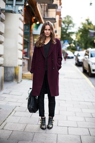 Comment porter: manteau pourpre foncé, t-shirt à col en v noir, pantalon slim noir, bottines en cuir à clous noires