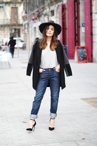 Comment porter: manteau noir, t-shirt à col rond gris, jean boyfriend bleu marine, escarpins en daim noirs