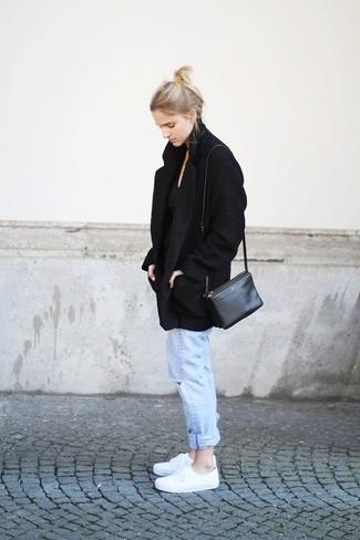 Comment porter: manteau noir, t-shirt à col rond noir, jean boyfriend déchiré bleu clair, baskets basses blanches