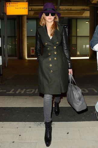 Comment porter: manteau olive, t-shirt à col rond blanc, jean gris, bottines à lacets en cuir noires