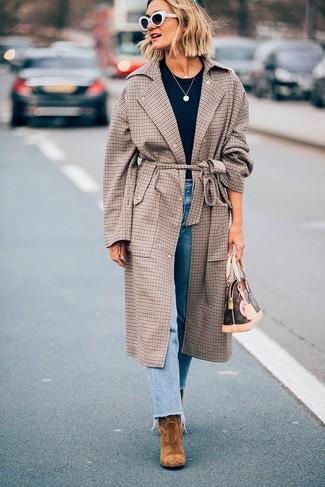 Comment porter un manteau écossais marron: Associer un manteau écossais marron avec un jean bleu clair est une option confortable pour faire des courses en ville. Une paire de des bottines en daim marron clair est une option judicieux pour complèter cette tenue.