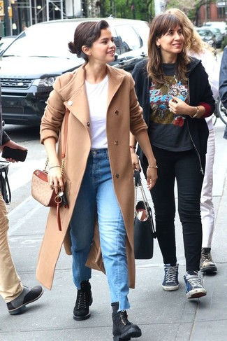 Comment porter: manteau beige, t-shirt à col rond blanc, jean bleu, bottines plates à lacets en daim noires