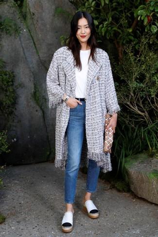 Comment porter: manteau en tweed gris, t-shirt à col rond blanc, jean bleu, mules en cuir blanches