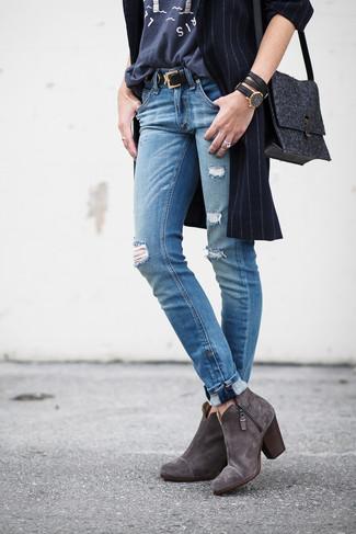 Comment porter: manteau à rayures verticales bleu marine, t-shirt à col rond imprimé gris foncé, jean déchiré bleu, bottines en daim gris foncé