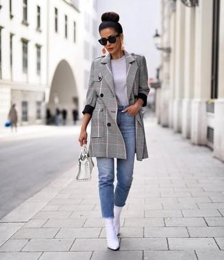 Comment porter: manteau écossais gris, t-shirt à col rond gris, jean bleu clair, bottines en cuir blanches