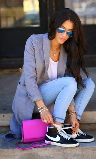 Comment porter: manteau gris, t-shirt à col rond blanc, jean skinny déchiré bleu clair, baskets montantes en cuir noires et blanches