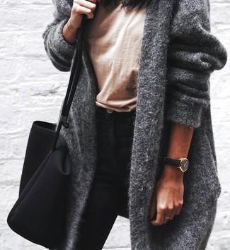 Comment porter: manteau gris, t-shirt à col rond marron clair, jean skinny noir, sac fourre-tout en toile noir