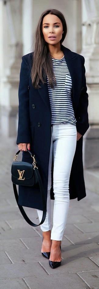 Comment porter un t-shirt à col rond à rayures horizontales blanc et bleu marine: Pense à porter un t-shirt à col rond à rayures horizontales blanc et bleu marine et un jean skinny blanc pour créer un style chic et glamour. Une paire de des escarpins en cuir noirs est une option astucieux pour complèter cette tenue.