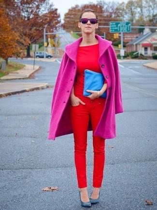 Comment porter: manteau fuchsia, t-shirt à col rond rouge, jean skinny rouge, escarpins en cuir bleus