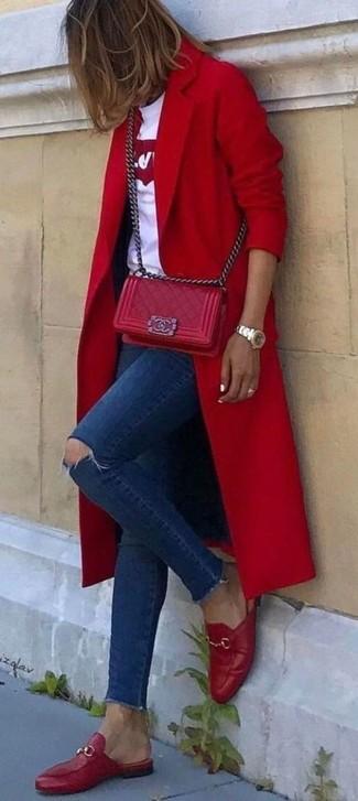 Comment porter: manteau rouge, t-shirt à col rond imprimé blanc et rouge, jean skinny déchiré bleu marine, slippers en cuir rouges