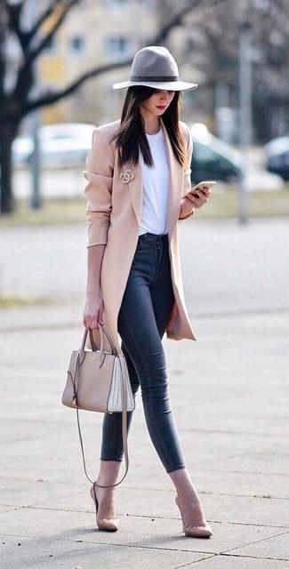 Comment porter: manteau rose, t-shirt à col rond blanc, jean skinny bleu marine, escarpins en cuir beiges