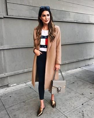 Comment porter: manteau marron clair, t-shirt à col rond imprimé blanc, jean skinny noir, slippers en cuir dorés