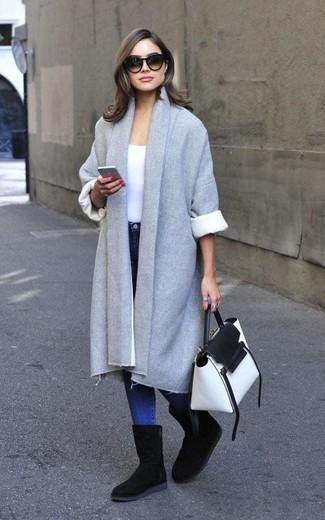 Comment porter: manteau gris, t-shirt à col rond blanc, jean skinny bleu, bottes ugg noires