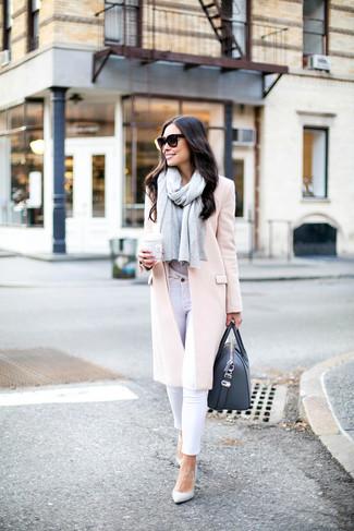Comment s'habiller quand il fait froid: Choisis un manteau rose et un jean skinny blanc pour une tenue raffinée mais idéale le week-end. Une paire de des escarpins en cuir blancs s'intégrera de manière fluide à une grande variété de tenues.