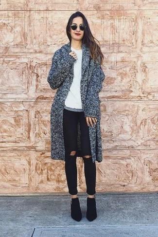 Essaie d'associer un manteau gris foncé avec un jean skinny déchiré noir pour achever un style chic et glamour. D'une humeur audacieuse? Complète ta tenue avec une paire de des bottines en daim noires.