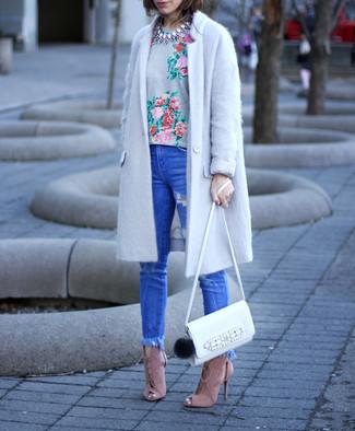 Comment porter: manteau gris, t-shirt à col rond à fleurs gris, jean skinny déchiré bleu, sandales à talons en daim roses