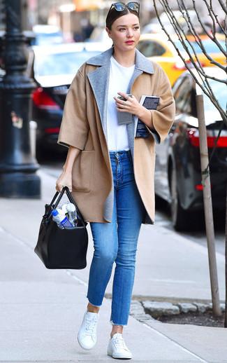 Comment porter: manteau marron clair, t-shirt à col rond blanc, jean skinny bleu, baskets basses blanches