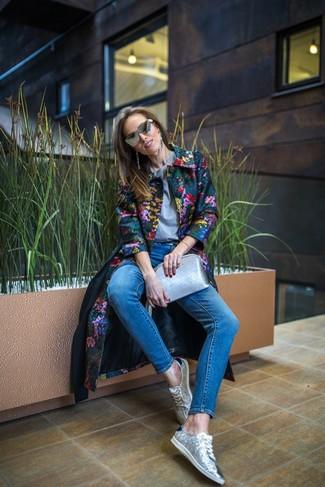 Comment porter: manteau à fleurs multicolore, t-shirt à col rond gris, jean skinny bleu, baskets basses pailletées argentées