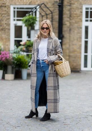 Comment porter un sac fourre-tout de paille beige: Pense à opter pour un manteau écossais beige et un sac fourre-tout de paille beige pour une tenue relax mais stylée. Choisis une paire de des bottines à lacets en daim noires pour afficher ton expertise vestimentaire.