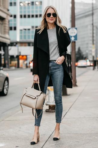 Comment porter: manteau noir, t-shirt à col rond gris, jean skinny bleu marine, escarpins en cuir noir et marron clair
