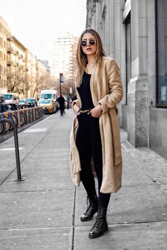 Comment porter: manteau en polaire marron clair, t-shirt à col rond noir, jean skinny noir, bottines plates à lacets en cuir noires