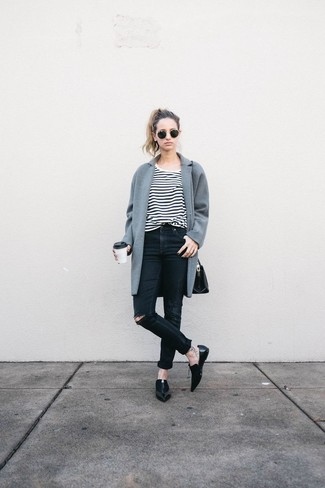 Essaie d'associer un manteau gris avec un jean skinny déchiré noir pour une tenue raffinée mais idéale le week-end. Une paire de des slippers en cuir noirs s'intégrera de manière fluide à une grande variété de tenues.