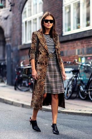 Comment porter: manteau imprimé léopard marron, t-shirt à col rond à rayures horizontales blanc et noir, jupe crayon écossaise grise, mules en cuir noires