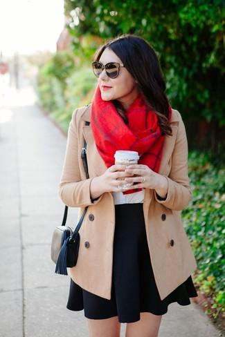 Comment porter: manteau beige, t-shirt à col rond blanc, jupe patineuse noire, sac bandoulière en cuir noir