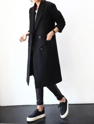 Comment porter des baskets basses noires: Pense à associer un manteau noir avec des leggings en cuir noirs pour achever un style chic et glamour. Assortis ce look avec une paire de des baskets basses noires.