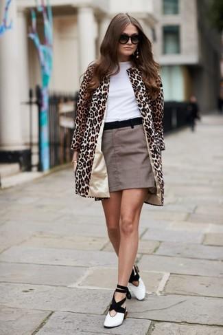 Comment porter: manteau imprimé léopard marron clair, t-shirt à col rond blanc, minijupe à carreaux marron, escarpins en cuir blancs et noirs