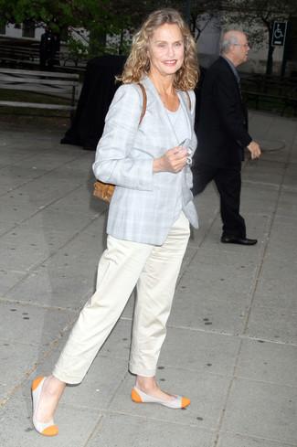 Tenue de Lauren Hutton: Manteau écossais gris, T-shirt à col rond gris, Pantalon chino beige, Ballerines en cuir orange