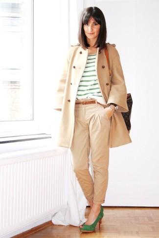 Comment porter: manteau beige, t-shirt à col rond à rayures horizontales vert, pantalon chino beige, escarpins en daim verts