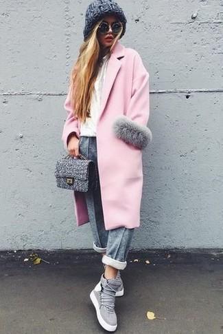 Un manteau rose et un pantalon de jogging gris femmes Tommy Hilfiger sont un choix de tenue idéale à avoir dans ton arsenal. D'une humeur créatrice? Assortis ta tenue avec une paire de des baskets montantes en daim grises.