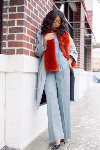 Comment porter: manteau gris, t-shirt à col rond gris, pantalon large gris, escarpins en cuir noirs