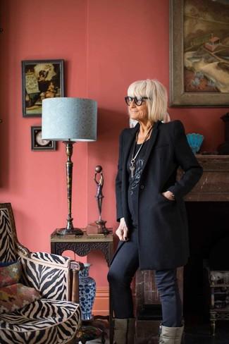 Perfectionne le look chic et décontracté avec un manteau noir et un pendentif argenté femmes Rosa Maria. Cette tenue est parfait avec une paire de des bottes mi-mollet en cuir grises.