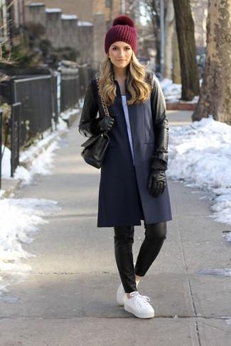 Comment porter: manteau en cuir noir, t-shirt à col rond blanc, pantalon slim en cuir noir, baskets basses en cuir blanches