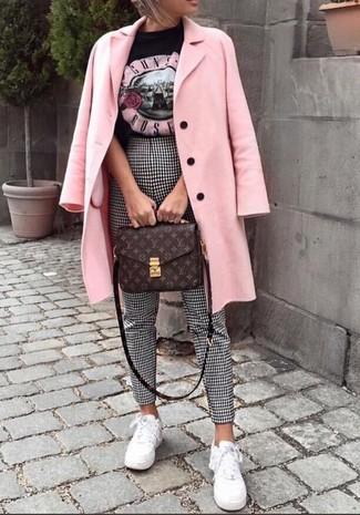 Comment porter: manteau rose, t-shirt à col rond imprimé noir, pantalon slim en vichy noir et blanc, baskets basses blanches