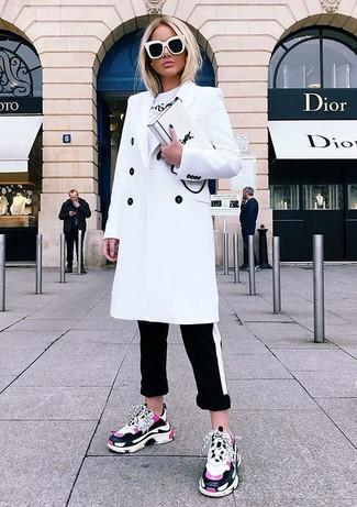 Comment porter: manteau blanc, t-shirt à col rond imprimé blanc, pantalon slim à rayures horizontales noir et blanc, chaussures de sport fuchsia