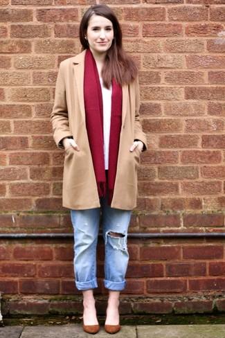 Comment porter: manteau marron clair, t-shirt à manche longue blanc, jean boyfriend déchiré bleu clair, escarpins en daim marron