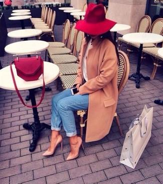 Pour créer une tenue idéale pour un déjeuner entre amis le week-end, porte un manteau brun clair et un jean bleu. Cet ensemble est parfait avec une paire de des escarpins en cuir bruns clairs.