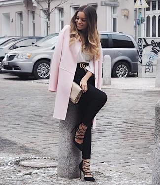Comment porter: manteau rose, t-shirt à manche longue blanc, jean skinny noir, escarpins en daim noirs