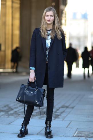 Opte pour un manteau bleu marine avec un jean skinny noir et tu auras l'air d'une vraie poupée. Jouez la carte décontractée pour les chaussures et opte pour une paire de des bottines plates à lacets en cuir noires.