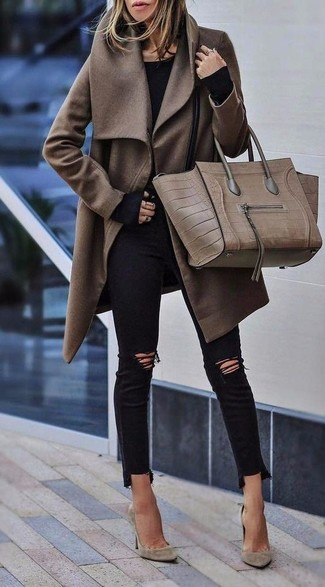 Comment porter: manteau marron, t-shirt à manche longue noir, jean skinny déchiré noir, escarpins en daim beiges