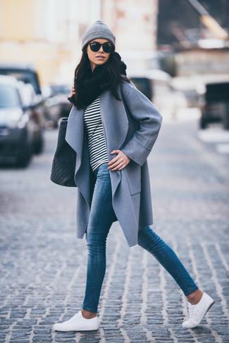 Comment porter: manteau gris, t-shirt à manche longue à rayures horizontales noir et blanc, jean skinny bleu, baskets basses blanches